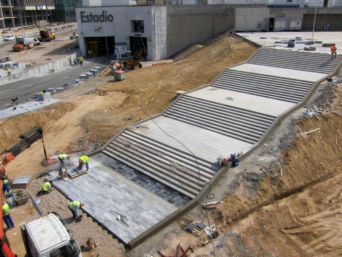 Instalación de losas RAW en uno de los accesos peatonales al estadio.